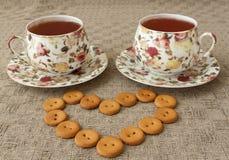 Zwei Tasse Tee und einige Plätzchen auf Tabelle Lizenzfreie Stockfotos