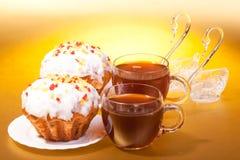 Tassen Tee und Muffins Stockfoto