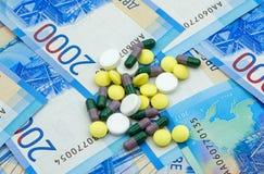 Zwei tausend Rubel ` banknotesand medizinische Drogen Stockfotografie