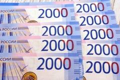 Zwei tausend Rubel mit einer Banknote Neue russische Banknote herein zwei tausend Rubel im Jahre 2017 Blaues Papiergeld des Barge Lizenzfreie Stockbilder