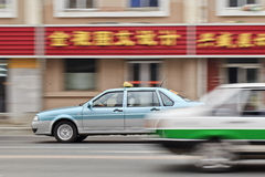 Zwei Taxis, die auf der Straße, Dalian, China kreuzen Lizenzfreie Stockfotografie