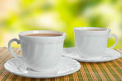 Zwei Teacups auf abstraktem Hintergrund. lizenzfreies stockfoto