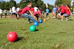 Zwei Teams Sprint, damit Bälle Völkerball-Spiel anfangen Stockfotos