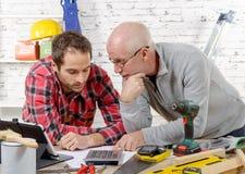 Zwei Techniker lasen Plan in der Werkstatt Stockfotografie