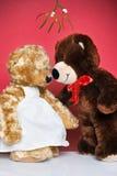 Zwei Teddybären, die unter der Mistel küssen Stockfotos