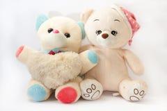 Zwei Teddybären, die wie Freunde umarmen Stockbild