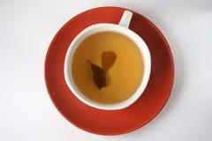 Zwei Teeblätter in der Tasse Tee Stockbild