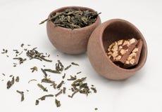 Zwei Teecup mit grünem Tee und mit Schokolade Stockfotografie