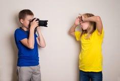 Zwei Teenager der besten Freunde, der zu Hause Foto auf ihrer Kamera, Spa? zusammen, Freude und Gl?ck habend macht lizenzfreie stockfotos