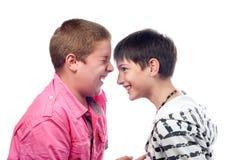 Zwei Teenager, die wie verrücktes lachen Stockbild