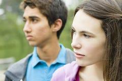 Zwei Teenager draußen Stockbild