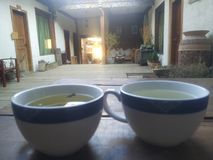 Zwei Teetassen im Hotelkorridor lizenzfreie stockfotos