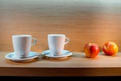 Zwei Teetassen und Äpfel stockbild
