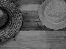 Zwei Teil gezeigte Schwarzweiss-Hüte lizenzfreie stockfotos