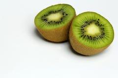 Zwei Teil Kiwi getrennt auf weißem Hintergrund Lizenzfreie Stockfotos