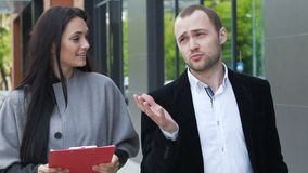 Zwei Teilhaber besprechen Strategie für Erfolg stock video