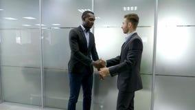 Zwei Teilhaber rütteln Hände beim Treffen stock video