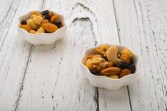 Zwei Teller von Mandeln und Walnüsse und Acajounüsse und Rosine u. trockene Blaubeeren Lizenzfreies Stockfoto