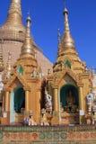 Zwei Tempel am Shwedagon-Pagoden-Komplex Stockbilder