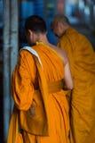 Zwei thailändische Mönche, die in Koh Chang Island stehen und beten Stockfotos