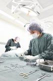 Zwei tierärztliche Chirurgen im Operationsraum Stockfotografie