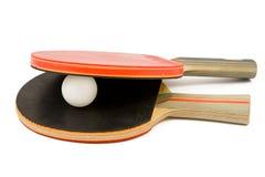 Zwei Tischtennishiebe und eine Klingeln pong Kugel lizenzfreie stockbilder