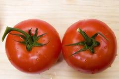 Zwei Tomaten von oben stockbilder