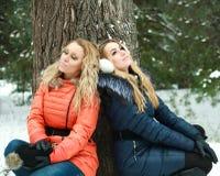 Zwei träumende Mädchen im Kiefernholz Stockfotografie