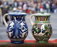 Zwei traditionelle rumänische Krüge Stockbild