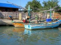 Zwei traditionelle Segelboote auf dem Wasser Stockbilder