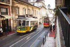 Zwei Trams auf der Straße in Lissabon Portugal lizenzfreie stockfotografie