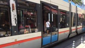 Zwei Trams bewegen sich in Richtung zu einander auf der Straße in Istanbul stock video footage