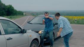 Zwei Treiber argumentiert über Schuld für Unfall durch die Seite von beschädigt Für zwei männlicher Treiber argumentiert über, we stock video footage