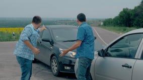 Zwei Treiber argumentiert über Schuld für Unfall durch die Seite von beschädigt Für zwei männlicher Treiber argumentiert über, we stock footage