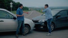 Zwei Treiber argumentiert über Schuld für Unfall durch die Seite von beschädigt Für zwei männlicher Treiber argumentiert über, we stock video