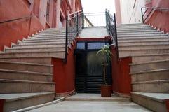 Zwei Treppe up und blüht in einem Topf zwischen ihnen Stockfoto