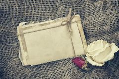 Zwei trockene Rosen, Stapel alte Karten lizenzfreies stockfoto