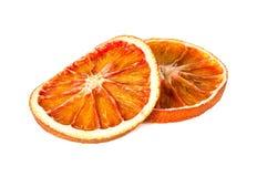 Zwei trockneten die orange Scheiben, die auf Weiß lokalisiert wurden Stockbild