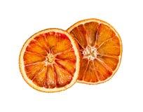 Zwei trockneten die orange Scheiben, die auf weißem Hintergrund lokalisiert wurden Stockfoto