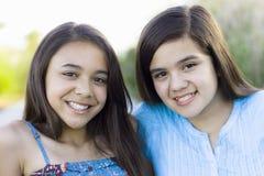 Zwei Tween-Mädchen, die zur Kamera lächeln Stockfoto