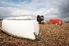 Zwei umgedrehte Reihenboote Stockfotos