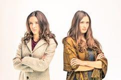 Zwei umgekippte junge Frauen mit verschiedenen Meinungen lizenzfreies stockbild