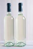 Zwei unbeschriftete Flaschen Weißwein Lizenzfreie Stockfotos