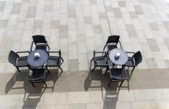 Zwei unbesetzte Tabellen in einem Straßencafé Lizenzfreie Stockbilder