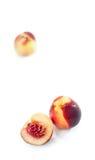Zwei und halber Pfirsich auf weißem Hintergrund Lizenzfreie Stockfotos