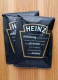 Zwei ungeöffnete Kissen von Heinz Cream der Tomate höhlen Suppe Stockfotos