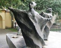 Zwei ungewöhnliche Frauenskulpturen im Franziskanergarten, Prag, Tschechische Republik Stockfotografie