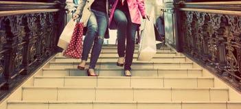 Zwei unrecognisable junge Freundinnen, die ein Einkaufen des freien Tages genießen Stockfoto