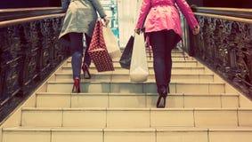 Zwei unrecognisable junge Freundinnen, die ein Einkaufen des freien Tages genießen Lizenzfreies Stockbild