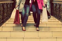 Zwei unrecognisable junge Freundinnen, die ein Einkaufen des freien Tages genießen Lizenzfreie Stockfotografie
